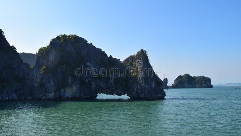 石灰石在下龙湾,北越的山风景 自然和旅行背景 库存照片