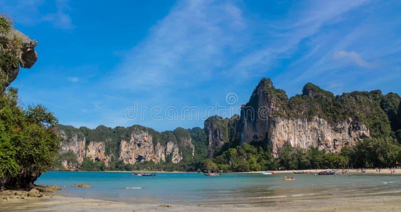 石灰石在Krabi Ao Nang和发埃发埃,泰国的海岛海湾 库存照片