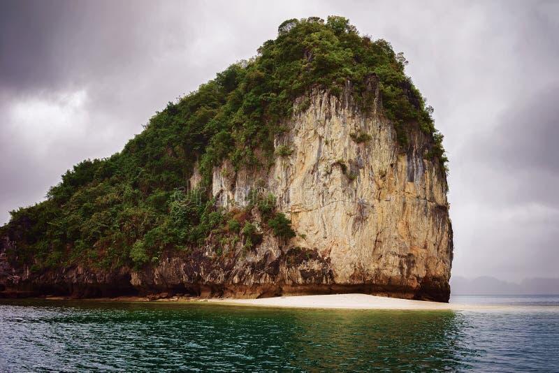 石灰石岩石下龙湾越南 图库摄影