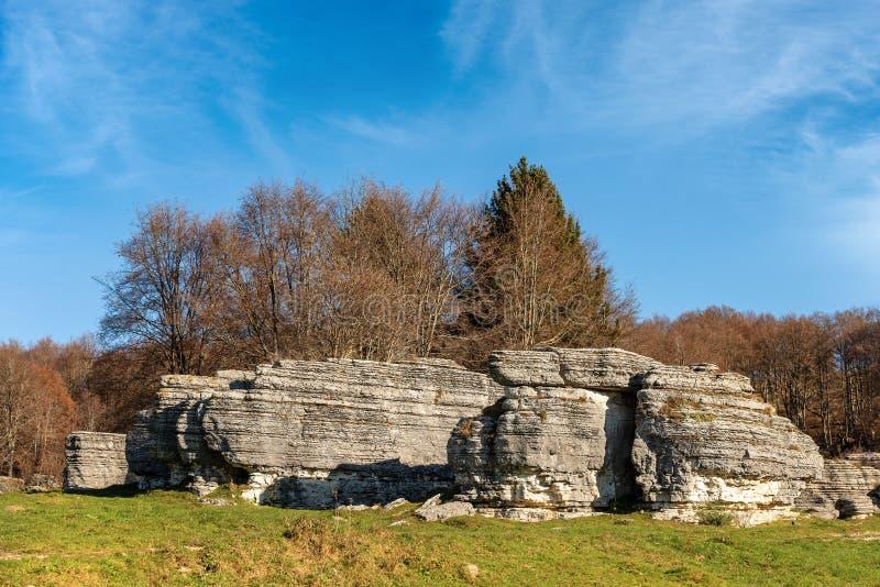 石灰石巨型独石-石灰岩地区常见的地形侵蚀形成Lessinia意大利 免版税库存照片