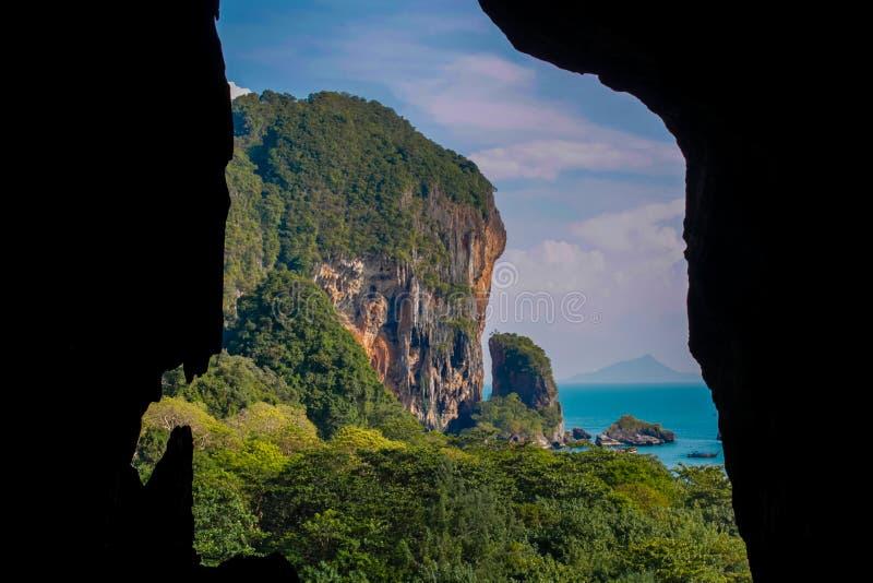 石灰石洞在Krabi,泰国 免版税库存图片