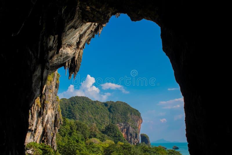石灰石洞在Krabi, Cave Tham Phra Nang公主Nok 库存图片