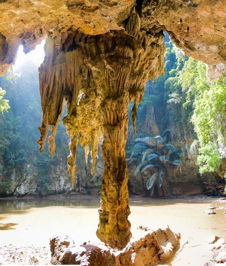 石灰石洞钟乳石在Krabi,泰国 库存照片