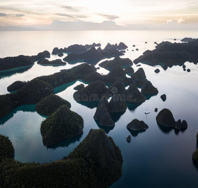 石灰石海岛鸟瞰图王侯的Ampat 免版税图库摄影