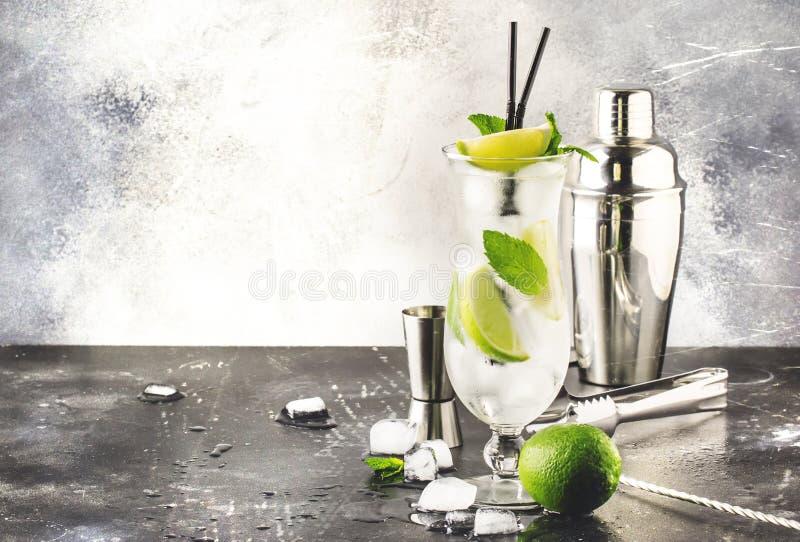 石灰caipirinha、经典巴西酒精鸡尾酒与藤茎伏特加酒cachasa,糖浆、柠檬汁和被击碎的冰在高 免版税库存图片