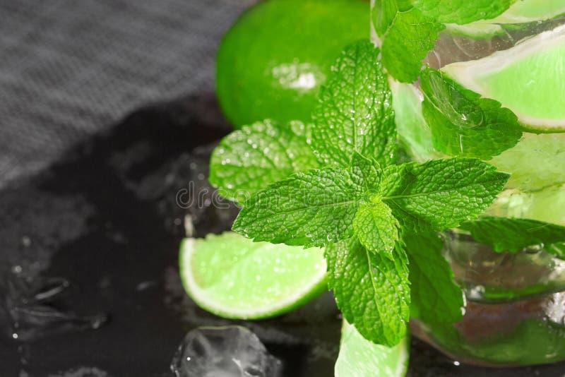 石灰mojito的特写镜头 与酒、薄菏和冰的一刷新的绿色mojito 在木背景的酒精饮料 库存照片