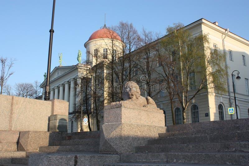 石狮子和大厦的看法与圆顶 免版税库存图片