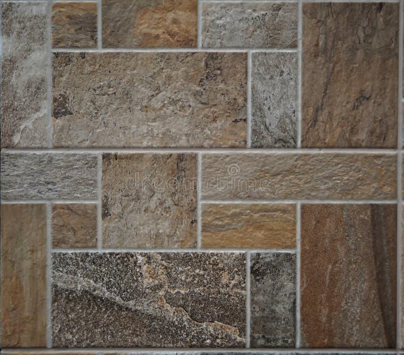 石瓦片土气地板 瓦片由不同的类型、颜色和形状做成优美的岩石  库存图片