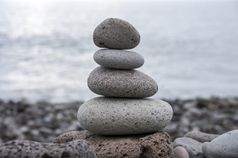 石石标塔,世故石头,岩石禅宗雕塑,浅灰色的小卵石 免版税库存图片