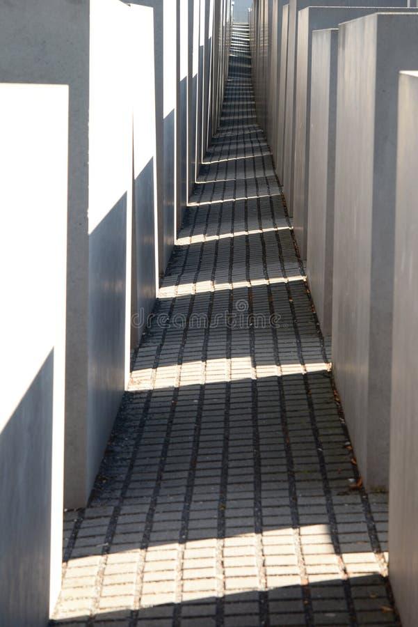 石碑之间的一个视角 欧洲被谋杀犹太人纪念碑 柏林 德国 免版税库存图片