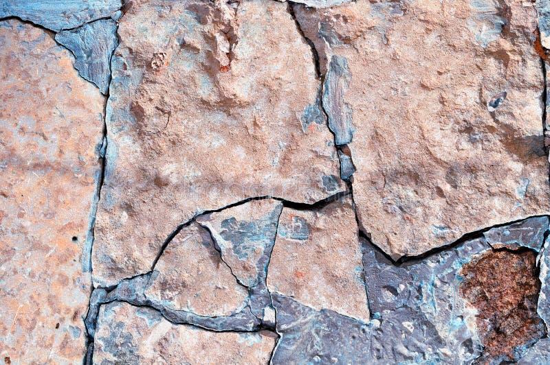 石背景-老粗砺的打破的淡粉红的石头特写镜头  免版税库存照片