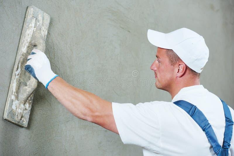 石膏工在室内墙壁工作 免版税图库摄影