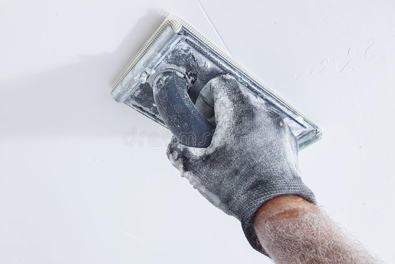 石膏工擦亮的天花板 库存图片
