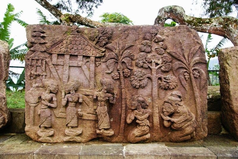 石雕塑和安心在Sukuh寺庙 免版税库存图片