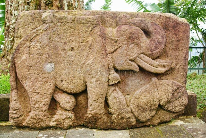 石雕塑和安心在Sukuh寺庙 免版税库存照片