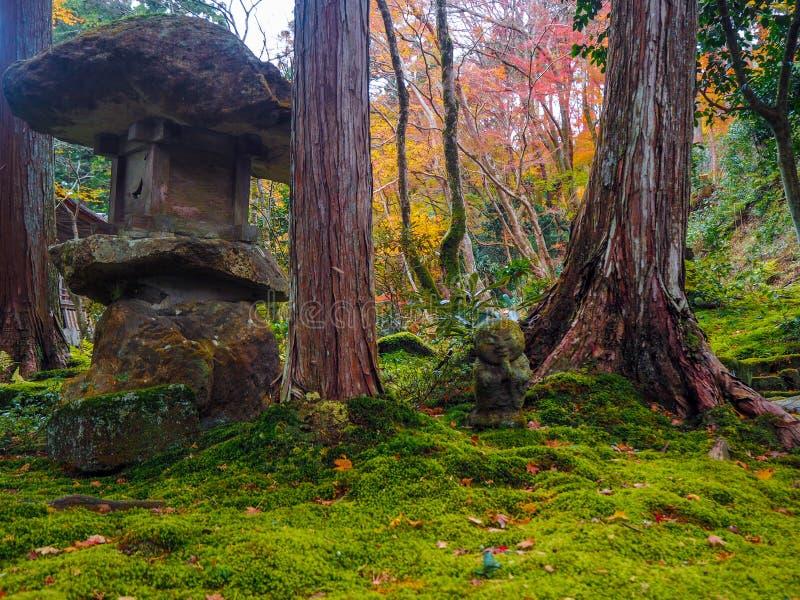 石雕象在日本庭院里 免版税库存照片