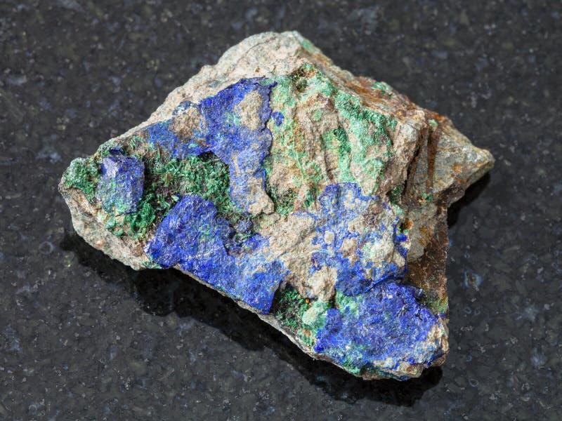 石青和绿沸铜在未加工的石头在黑暗 图库摄影