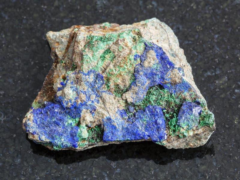 石青和绿沸铜在粗砺的石头在黑暗 库存照片