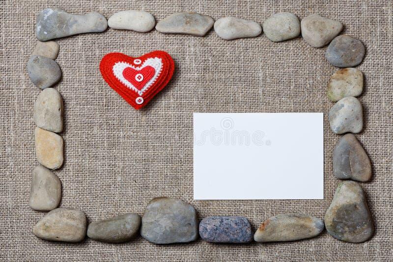 石头和空白的短信卡构筑的心脏 免版税库存照片