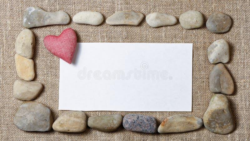 石头和空白的短信卡围拢的心脏 免版税图库摄影
