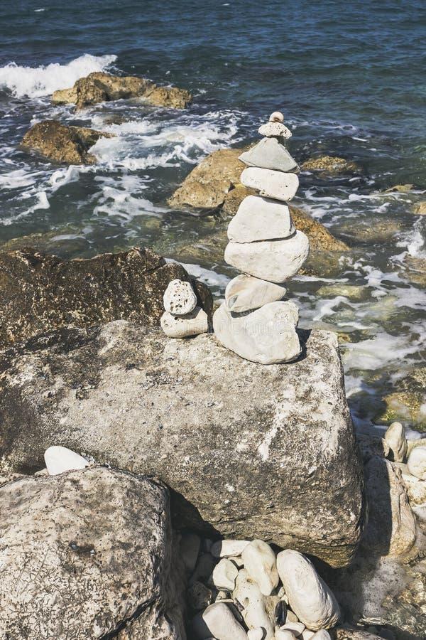 石头在有Adriatia海的Pebble海滩耸立在背景中 库存图片
