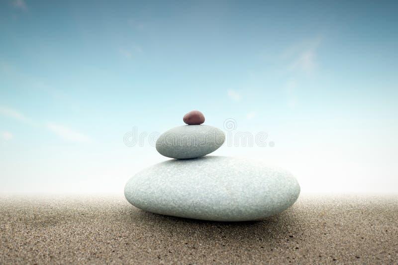 石头在沙子的塔金字塔精神概念背景  库存照片