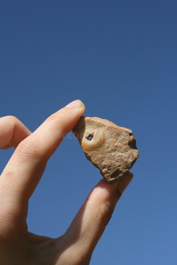 石头在他的手上 库存图片