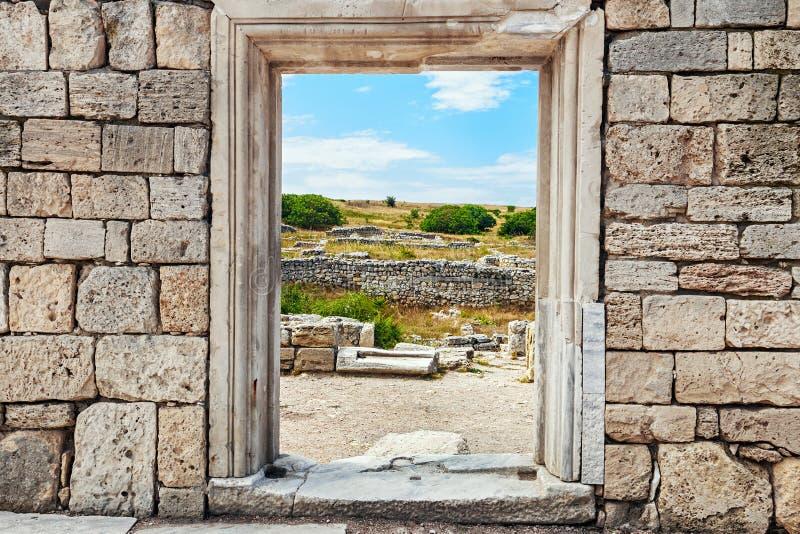 石头墙壁与一个孔的在门下 文化纪念碑车公 图库摄影