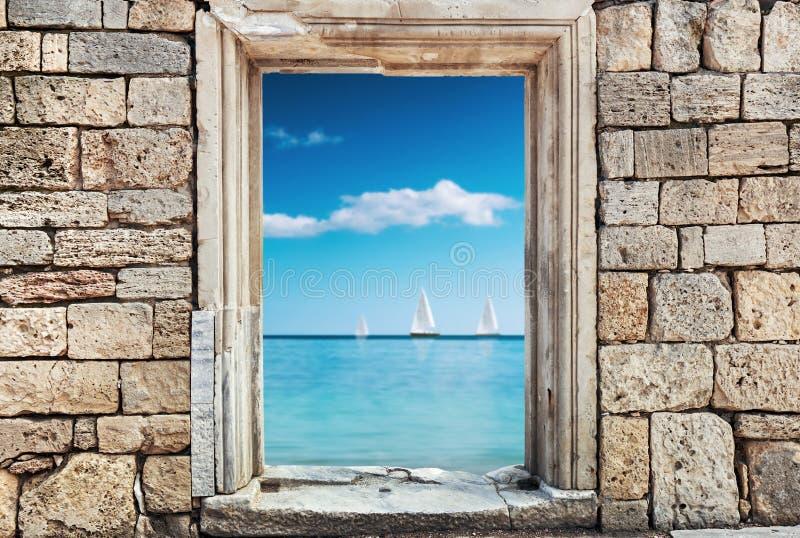 石头墙壁与一个孔的在s的背景的门下 免版税图库摄影