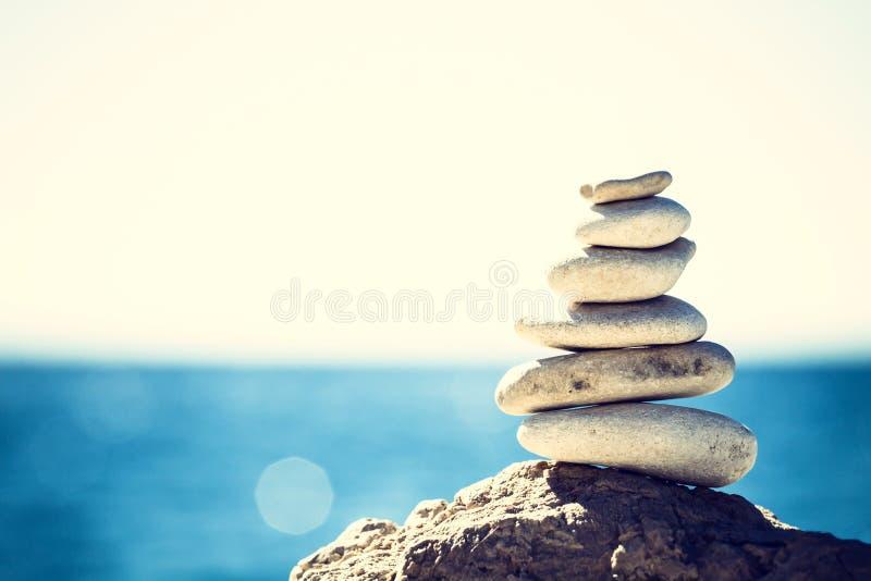 石头平衡,葡萄酒小卵石堆背景 库存图片