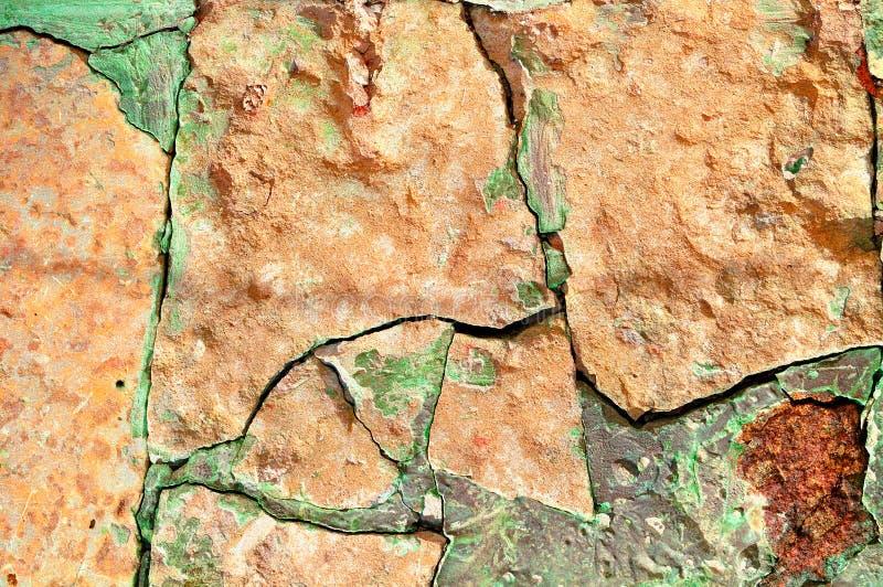 石质感粗糙的背景-老粗砺的打破的苍白橙色石头特写镜头  免版税库存图片