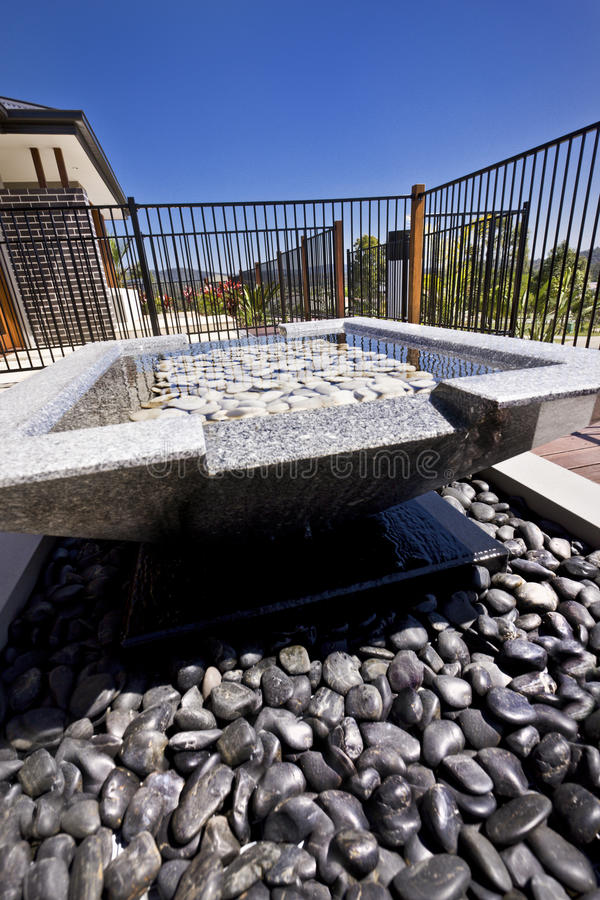石水池关闭与石渣在庭院里 免版税库存照片