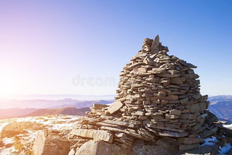 Download 石头由山的人形成 库存照片. 图片 包括有 索引, 旅行, 灵性, 场面, 岩石, 地质, 乌克兰, 后面架靠背 - 62535458