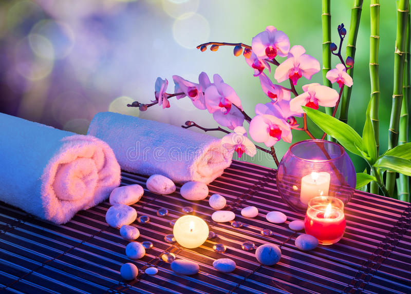 石头般的心与蜡烛,兰花的按摩 免版税图库摄影