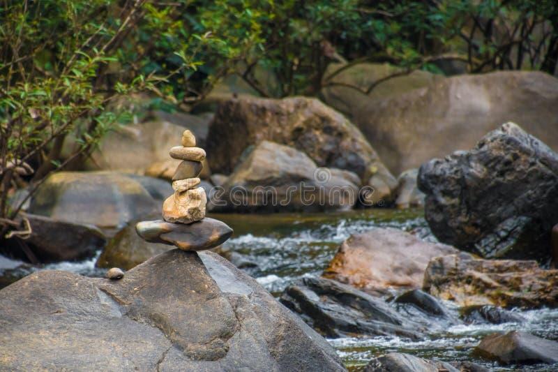 石头被堆积在彼此顶部在河在泰国 库存照片