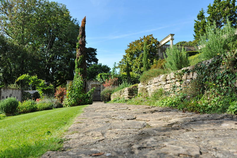 石头被铺的庭院道路 免版税库存照片