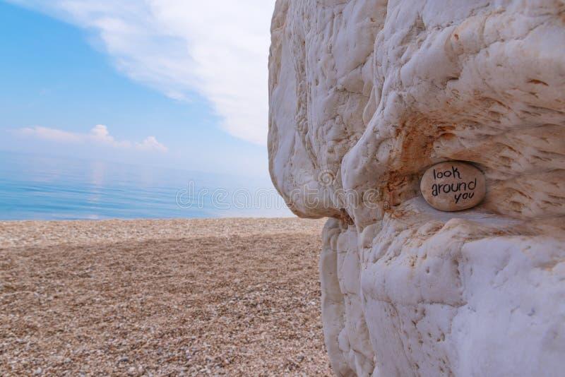石头详细的看法与标志的在海滩 免版税库存照片