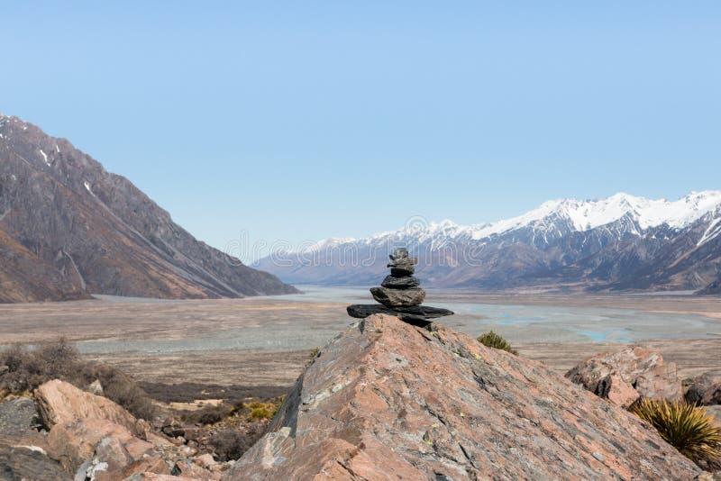 石头金字塔在山和谷背景的  库存图片