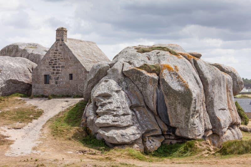 石buliding的Meneham房子在布里坦尼,法国 库存照片