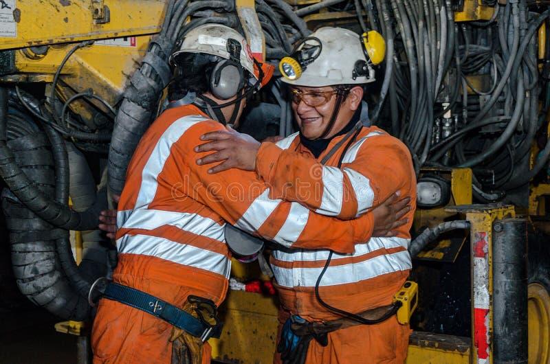 矿工和大机器在矿里面 库存图片