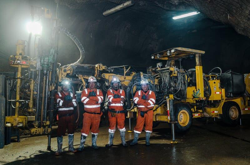 矿工和大机器在矿里面 库存照片