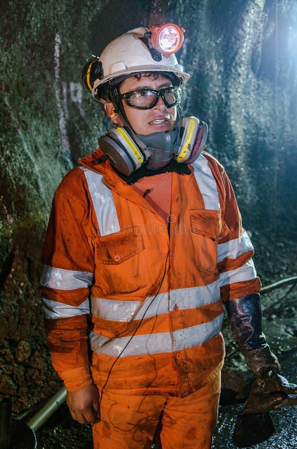 矿工和大机器在矿里面 免版税图库摄影