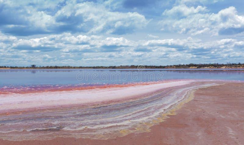 矿物五颜六色的层数在湖Crossbie海岸线的  图库摄影