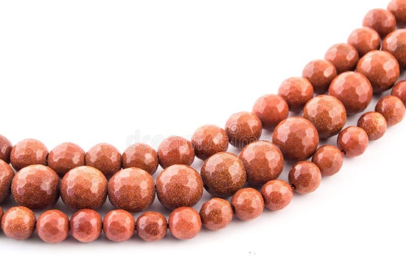 矿物在白色的宝石褐色橙色金子Aventurine宝石 库存图片