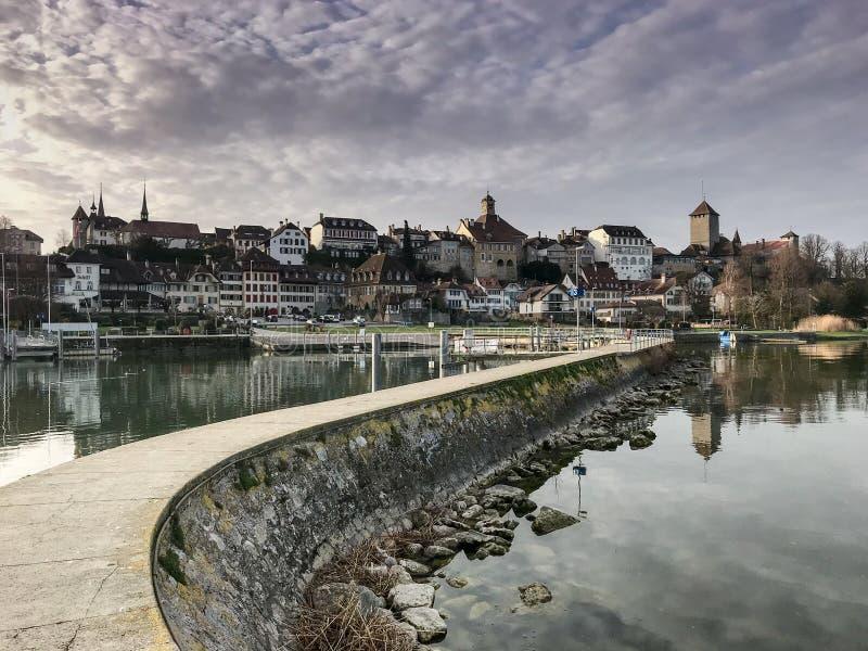 码头出色的意见和湖和美丽如画的瑞士市穆尔滕 库存照片