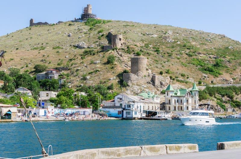 码头和海滩在海海湾 免版税库存照片