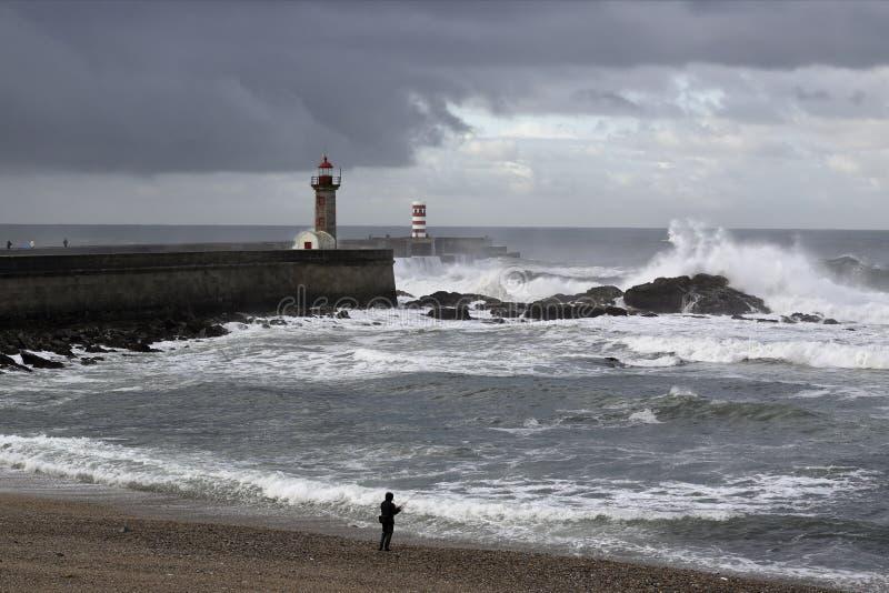 码头和灯塔在冬天 图库摄影