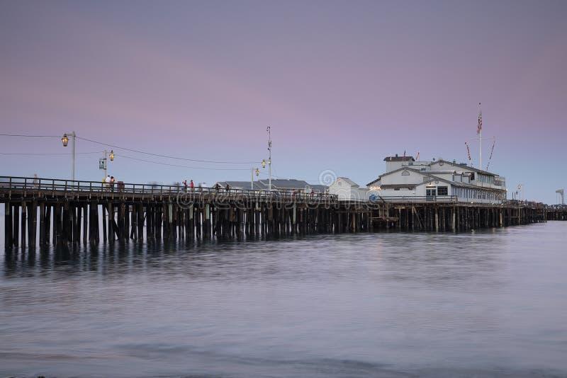 码头在圣塔巴巴拉,加利福尼亚,黄昏的 免版税库存图片