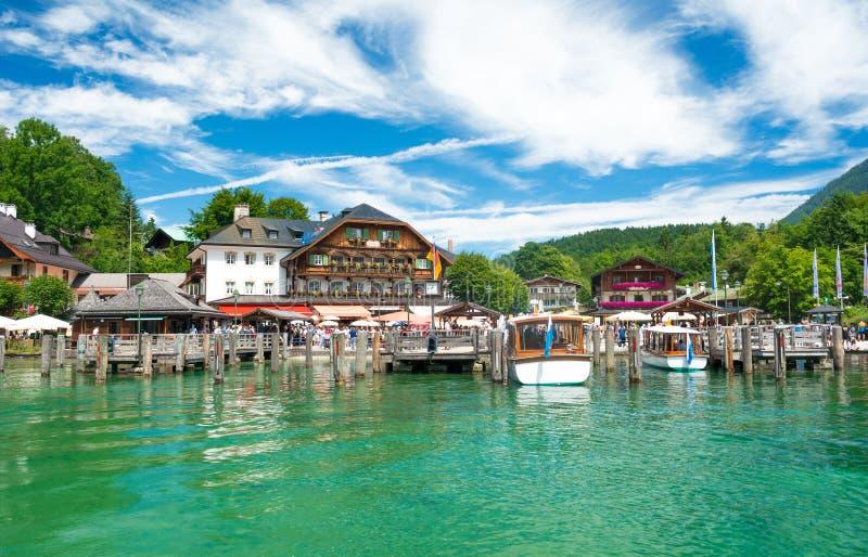 码头在Schonau美丽的小船观光旅游的上午Konigssee, Konigssee,巴伐利亚,德国 免版税库存照片