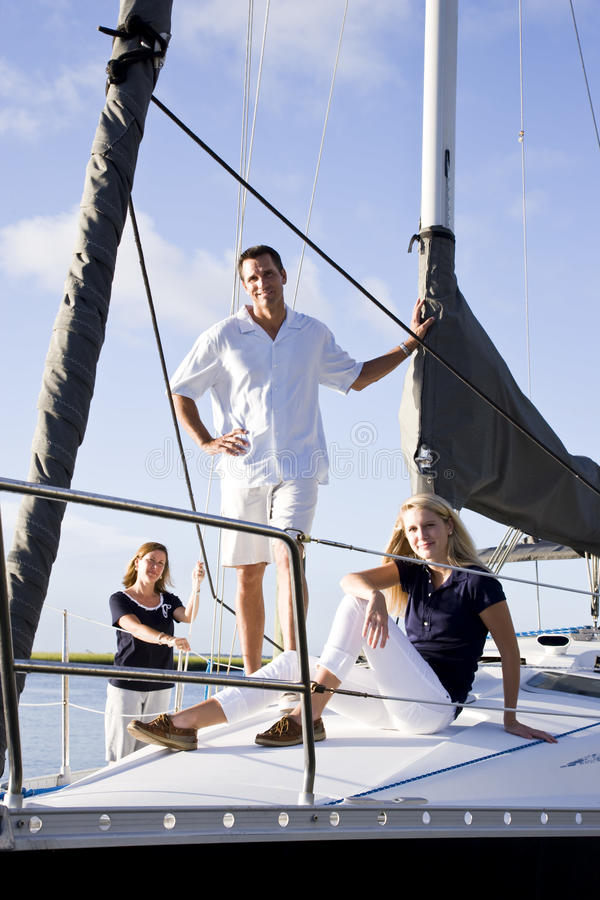 码头女孩做父母少年的风船 库存照片